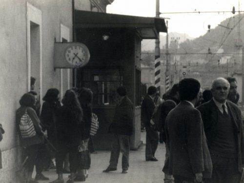 I pendolari della rotaia/Alla stazione di Villafranca Tirrena i viaggiatori si raccolgono a capannelli verso le sette, divisi tra studenti e lavoratori.