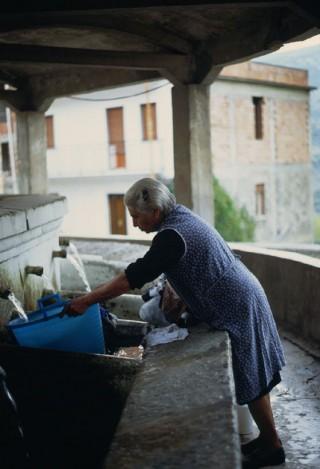 donna al lavatoro