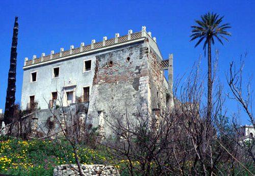 Il castello di Bauso e le due gabbie sulle torri